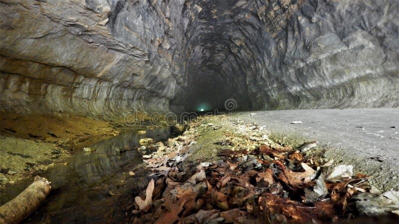 Ljus p? slutet av tunnelen royaltyfria bilder