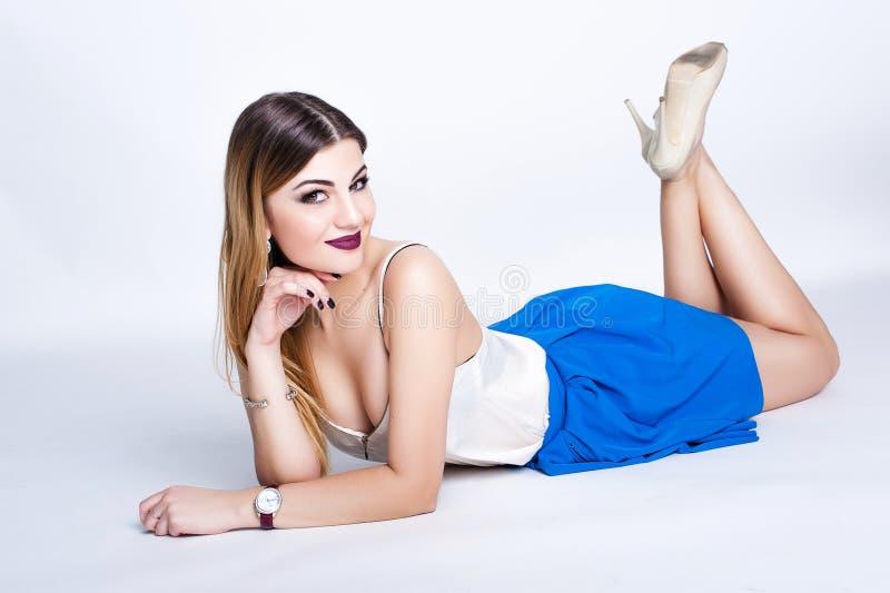 Ljus positiv modestudiostående av den nätta unga flickan med purpurfärgade kanter, ljust smink, sexig kropp, stilfull moderiktig  royaltyfria foton