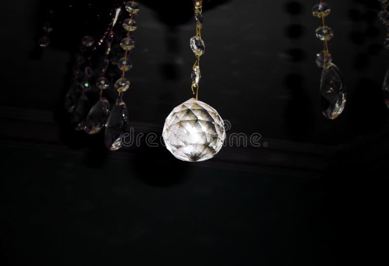 Ljus reflekterar till och med en kristallkula royaltyfri bild