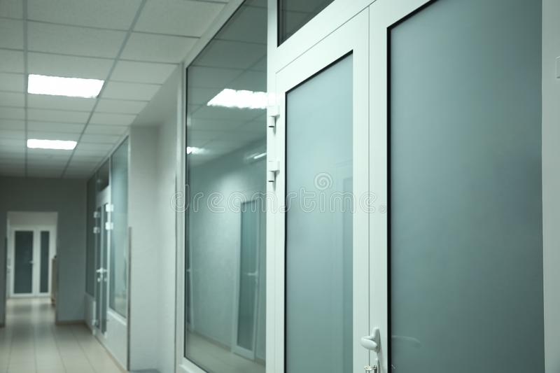 Ljus ren tom korridor royaltyfri bild