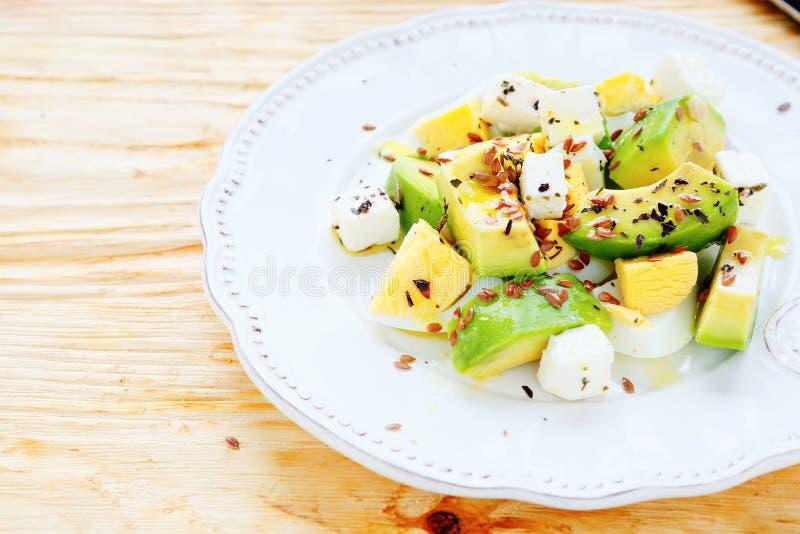 Ljus sallad med avokadot och feta fotografering för bildbyråer