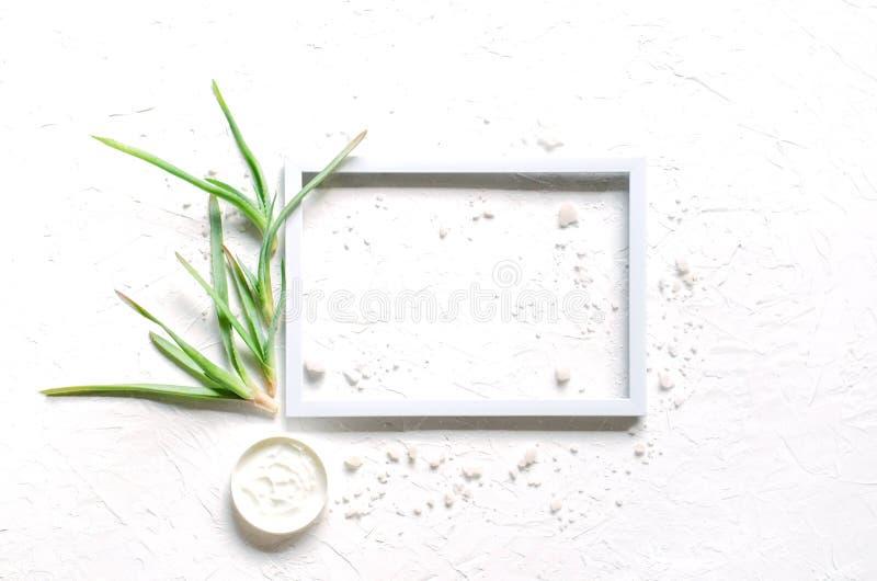Ljus sammansättning på en vit bakgrund med makeupomsorg arkivbild
