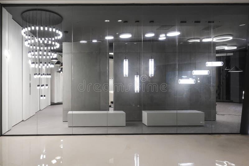 Ljus shoppar fönstret i shoppinggalleria royaltyfria bilder