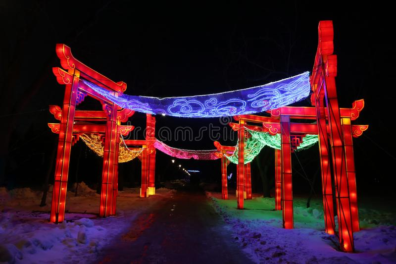 Ljus show av kinesiska lyktor i en botanisk tr?dg?rd royaltyfri foto