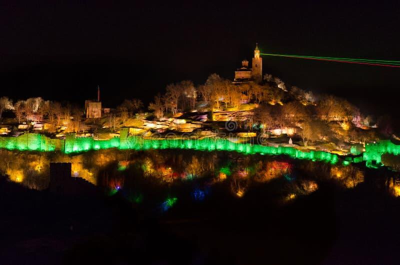 Ljus show på den Tzarevetz fästningen i Bulgarien royaltyfri foto