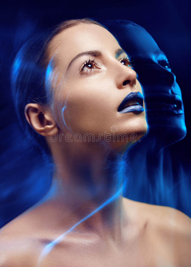 Ljus skönhetstående av den attraktiva flickan med blålinjen fotografering för bildbyråer