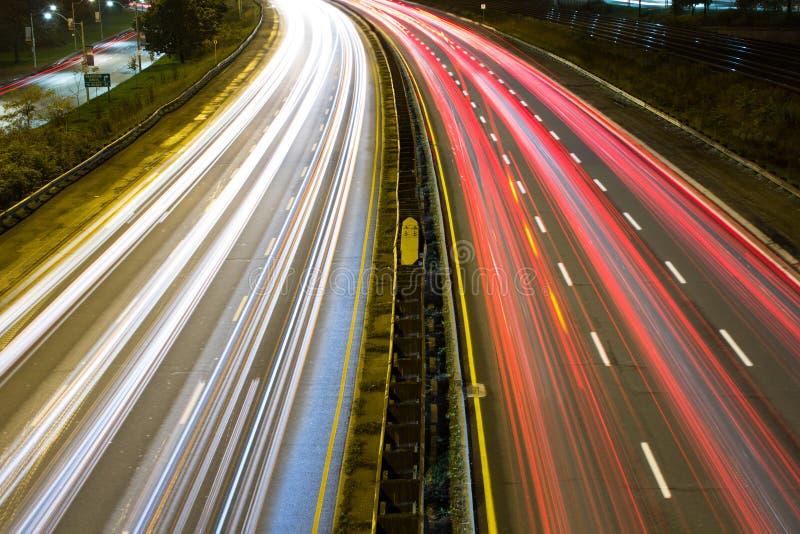 Ljus slinga på en upptagen motorway arkivbild