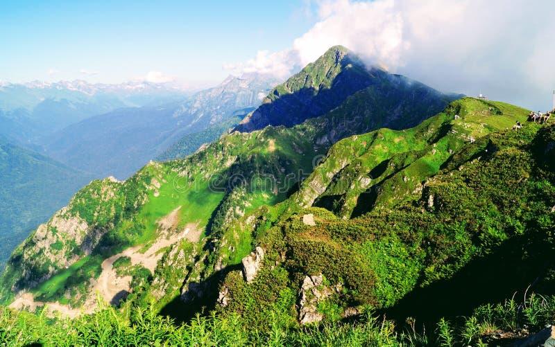 Ljus solig dag i bergen arkivbilder