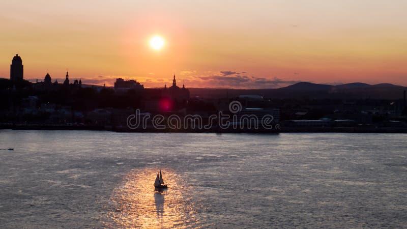 Ljus solnedgång över konturn av Quebec City royaltyfri bild
