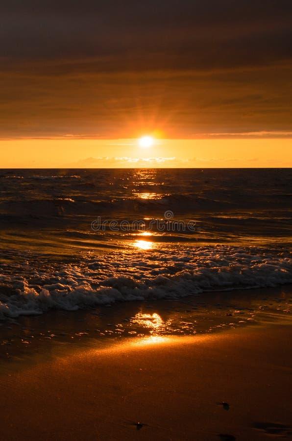 Ljus solnedgång efter stormen arkivfoton