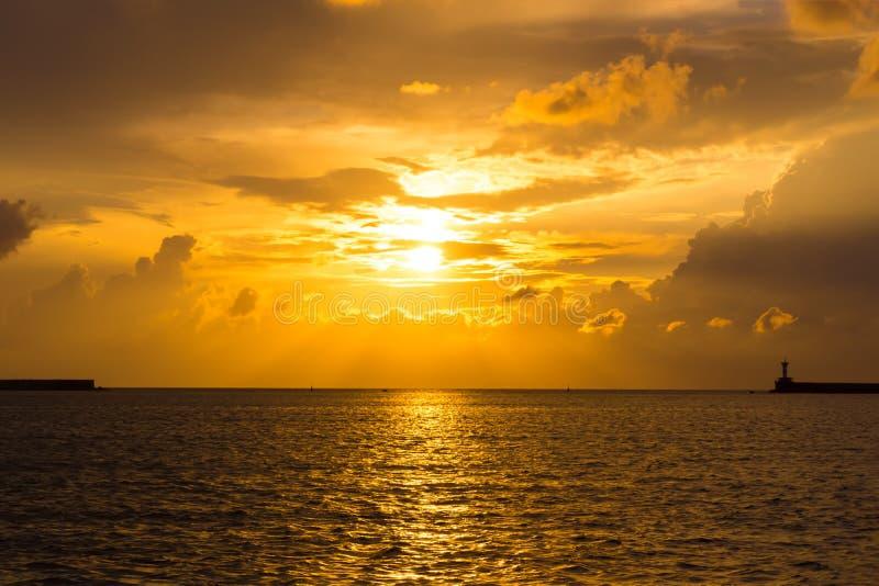 Ljus solnedgång på Blacket Sea royaltyfri foto