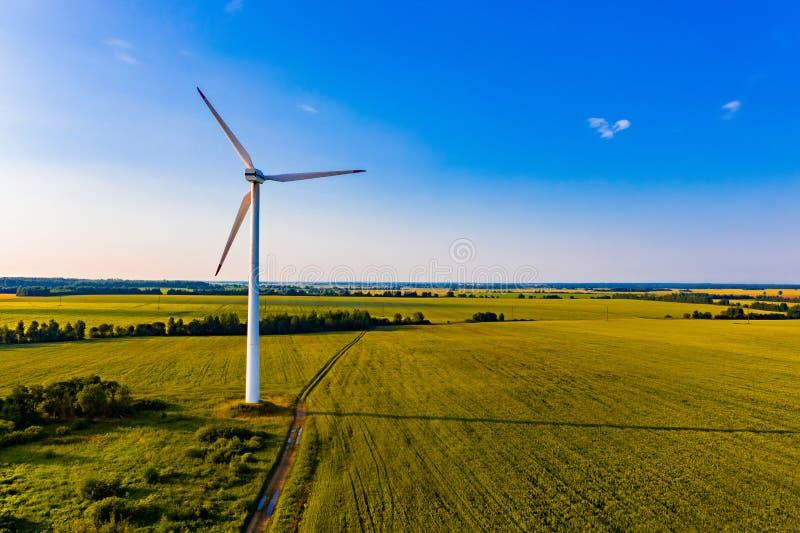 Ljus soluppgång i bygd, flyg- landskap Vindturbiner i landsbygd sol- wind f?r alternativ f?r bakgrundsbegrepp digital illustratio royaltyfri fotografi