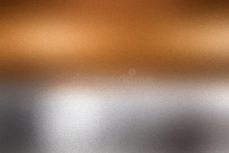 Ljus som skiner på, brons försilvrar den metalliska väggen i mörkt rum, abstrakt texturbakgrund arkivfoto