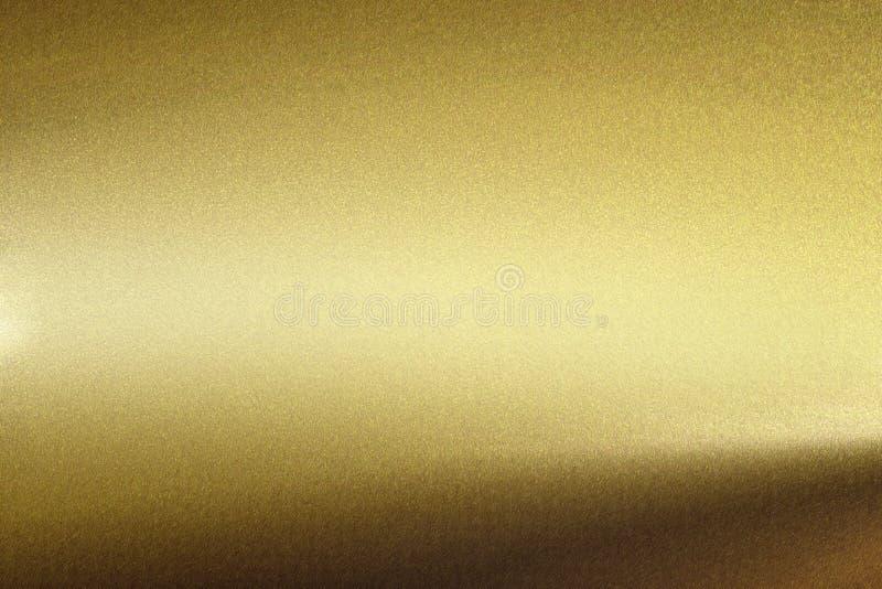 Ljus som skiner på den grova guld- metallväggen, abstrakt texturbakgrund royaltyfri illustrationer