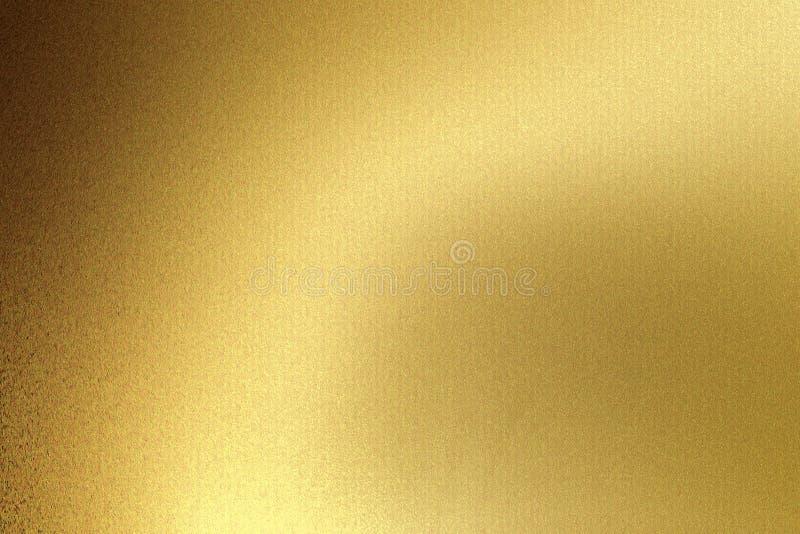 Ljus som skiner på den guld- vågmetallplattan i mörkt rum, abstrakt texturbakgrund royaltyfria foton