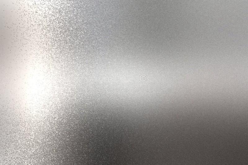Ljus som skiner på grov textur för krommetallvägg, abstrakt bakgrund arkivbild