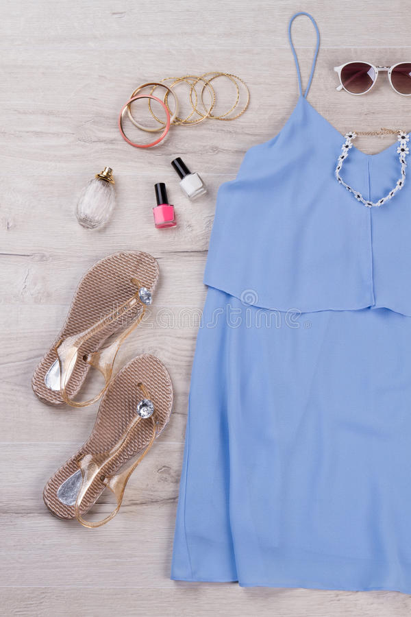 Ljus sommarblåttklänning med tillbehör arkivbilder