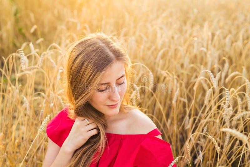 Ljus stående av den lyckliga unga kvinnan på sommarfältet royaltyfri bild