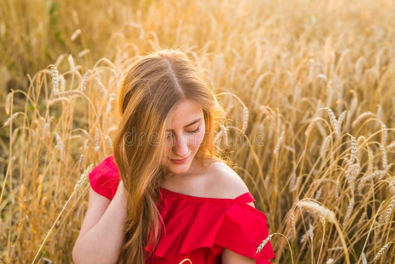 Ljus stående av den lyckliga unga kvinnan på sommarfältet royaltyfri foto