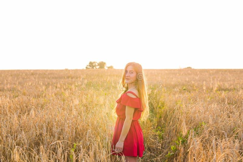 Ljus stående av den lyckliga unga kvinnan på sommarfältet arkivbild