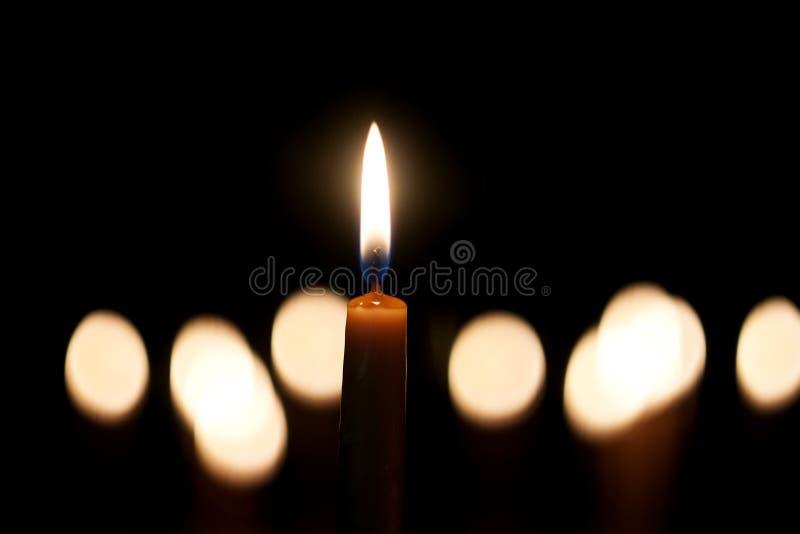 Ljus stearinljus som ljust bränner royaltyfria bilder
