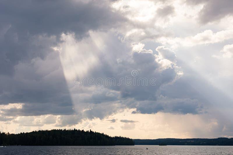 Ljus stråle för livlig solstråle från moln royaltyfria bilder