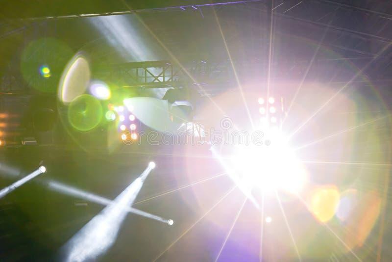 Ljus ljus stråle från projektorn royaltyfria foton