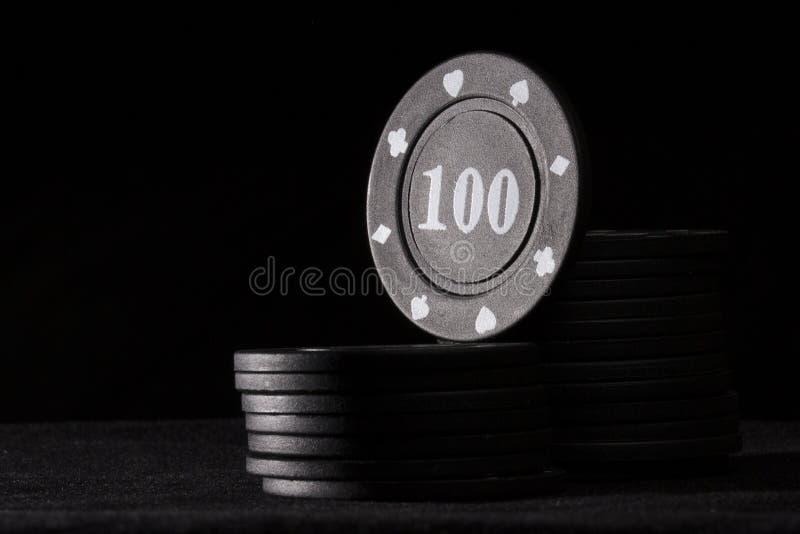 Ljus svart pokerchip överst av kolonnen arkivbild