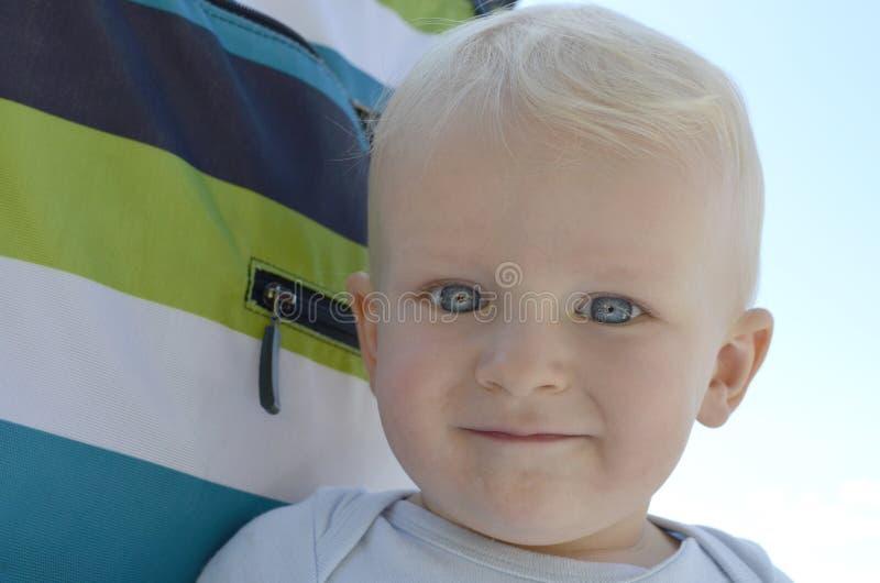 Ljus synad litet barnpojke arkivfoton