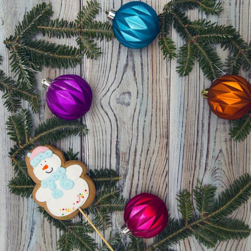 Ljus träsjaskig bakgrund med en ram av granen förgrena sig, och julgranen klumpa ihop sig royaltyfria bilder