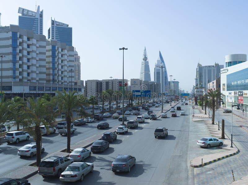Ljus trafik på konungen Fahad Road royaltyfri foto