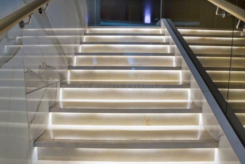 Ljus trappa i hotellet Trappafall i den moderna hotellinre arkivbilder