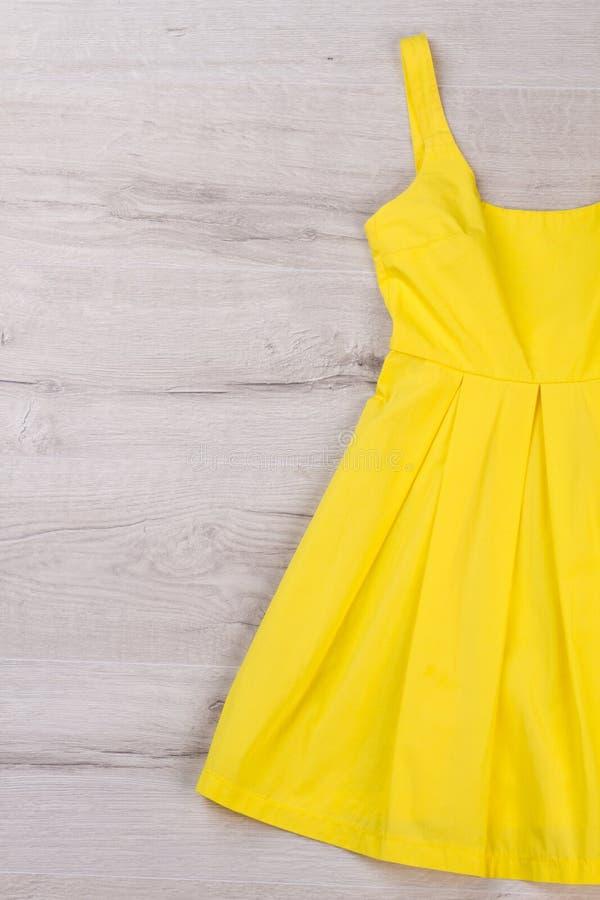 Ljus trendig klänning för sommaren fotografering för bildbyråer