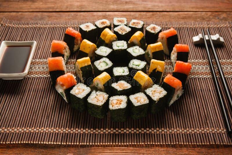 Ljus uppsättning för sushirulle, matkonst Japansk kokkonst fotografering för bildbyråer