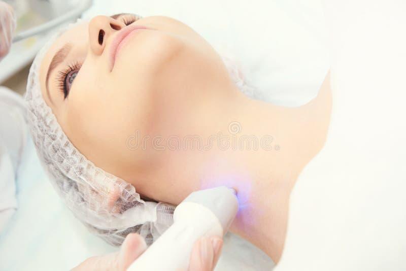 Ljus utrustning för Cosmetology Anti-ålder och skrynkla Microcurrent medicinbehandling kvinna för granskning s för århundrade för arkivbild