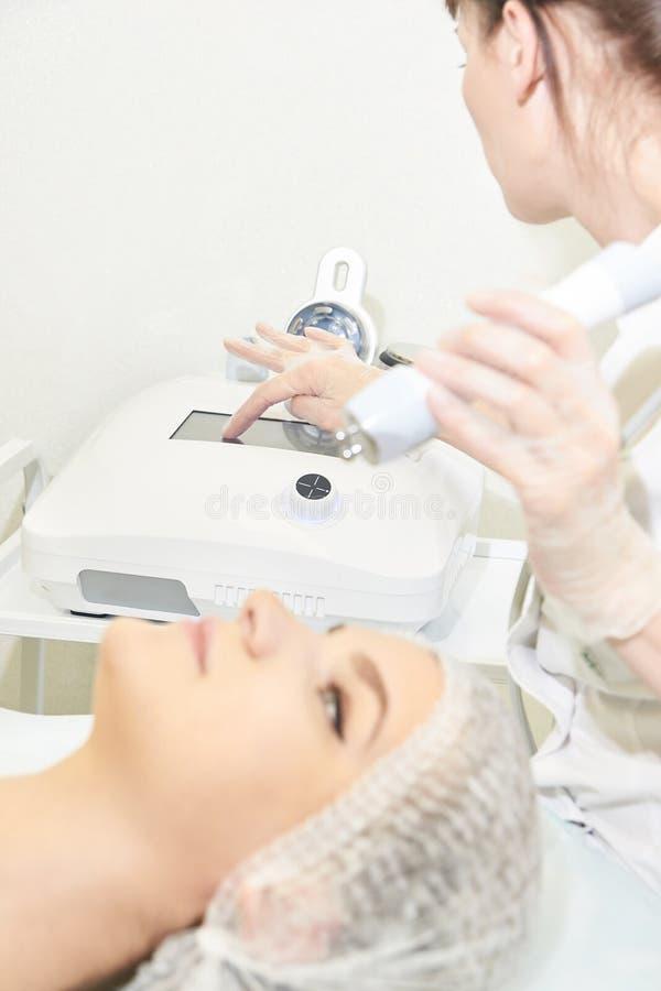 Ljus utrustning för Cosmetology Anti-ålder och skrynkla Microcurrent medicinbehandling kvinna för granskning s för århundrade för fotografering för bildbyråer