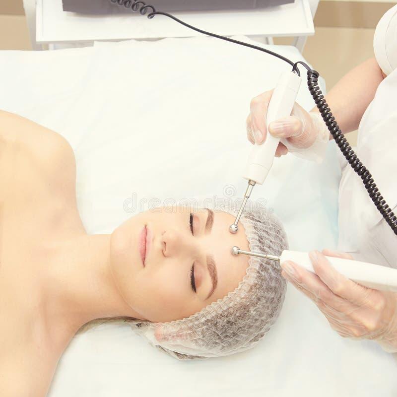 Ljus utrustning för Cosmetology Anti-ålder och skrynkla Microcurrent medicinbehandling kvinna för granskning s för århundrade för royaltyfri bild