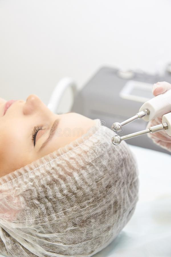 Ljus utrustning för Cosmetology Anti-ålder och skrynkla Microcurrent medicinbehandling kvinna för granskning s för århundrade för arkivbilder