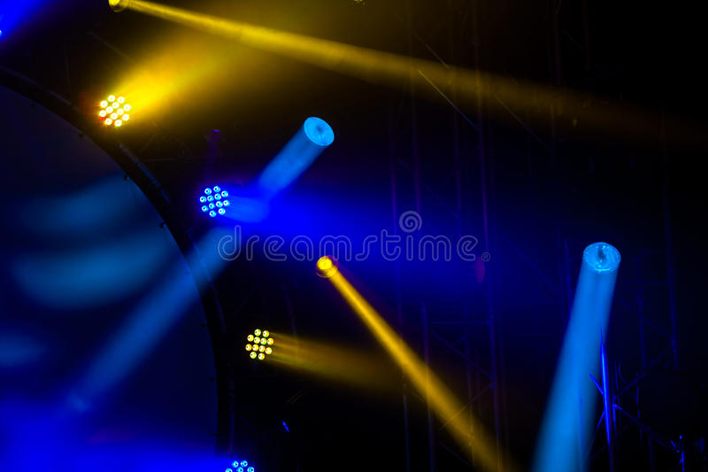 Ljus vaggar på konsert eller diskopartiet arkivbild