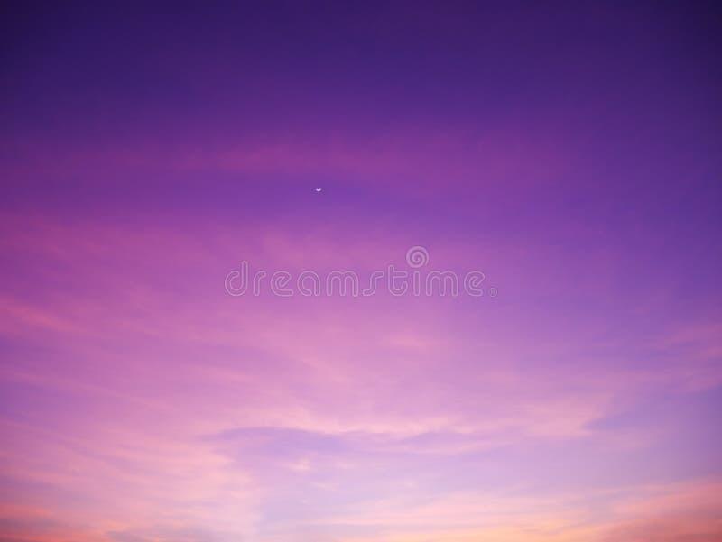 Ljus vibrerande apelsin och himmel för solnedgång för gulingfärger romantisk royaltyfri fotografi