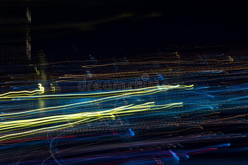 Ljusa bandmodeller från ljusa remsor på en svart bakgrund royaltyfria foton