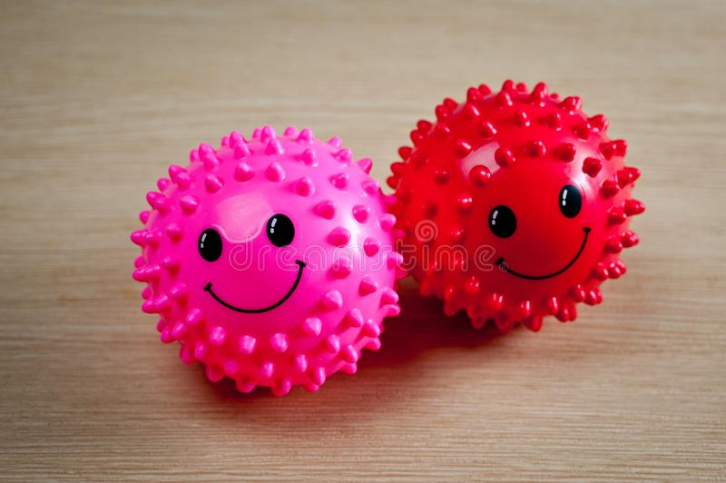 Ljusa broddade gummibollar för husdjur royaltyfri fotografi