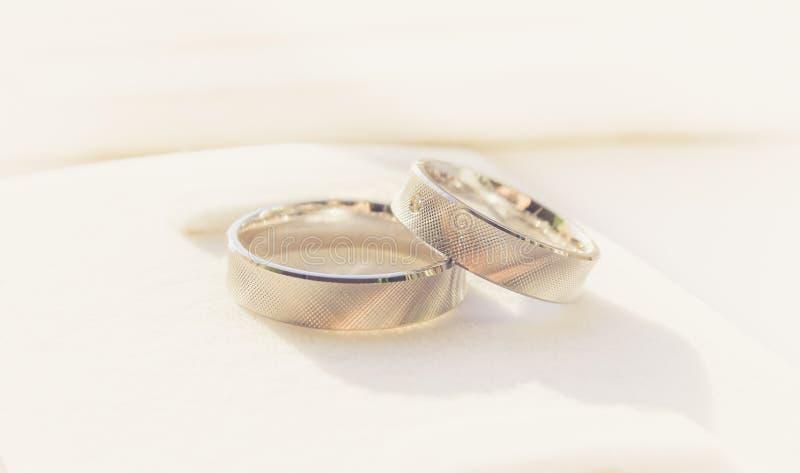 ljusa cirklar för bakgrund som gifta sig white royaltyfri bild
