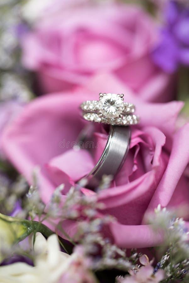 ljusa cirklar för bakgrund som gifta sig white royaltyfri foto