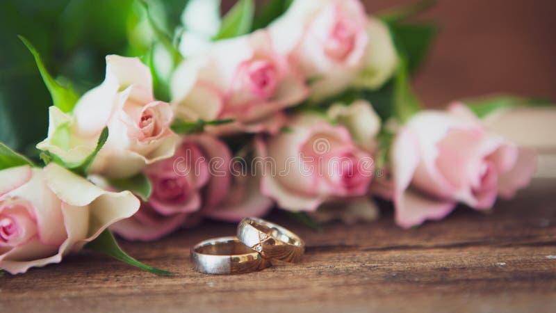 ljusa cirklar f?r bakgrund som gifta sig white royaltyfria foton