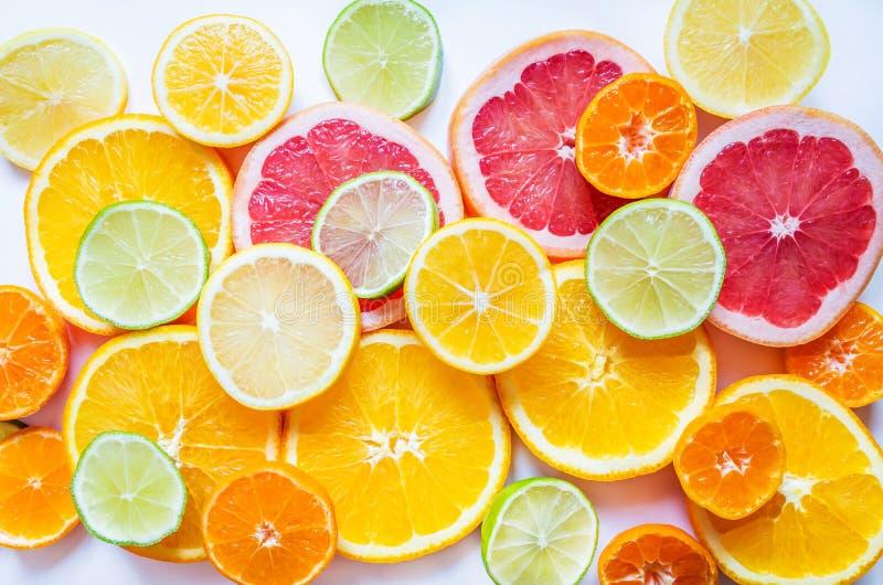 Ljusa citrusfrukter på en vit bakgrund royaltyfria bilder