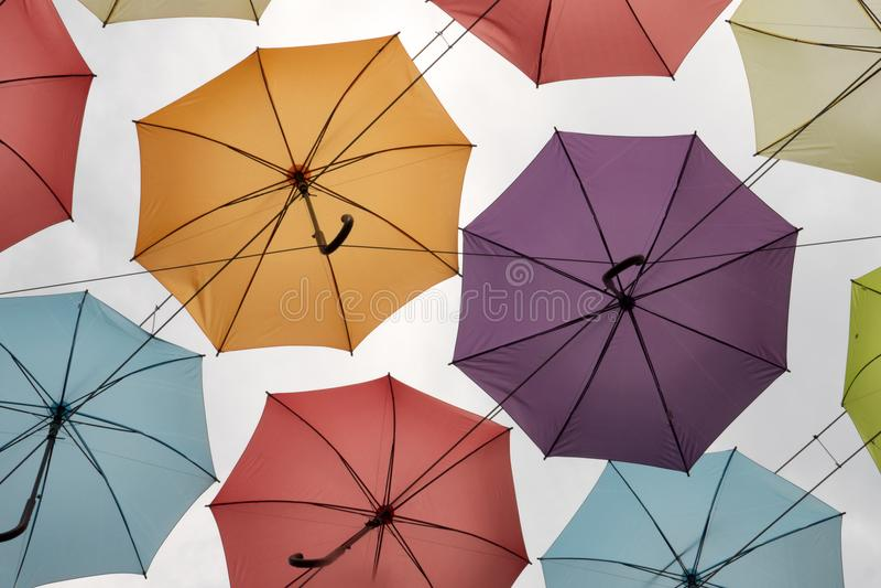 Ljusa färgglade paraplyer Dekorera för berömsikt underifrån royaltyfria bilder