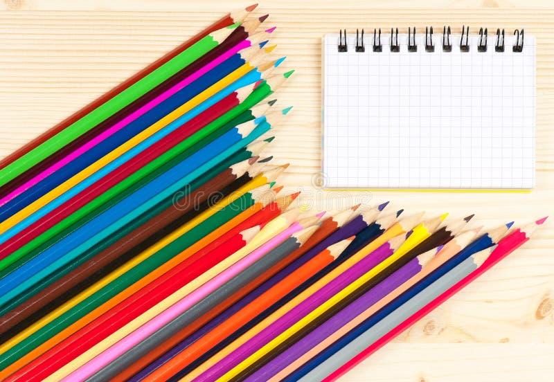 Ljusa färgrika blyertspennor royaltyfri fotografi