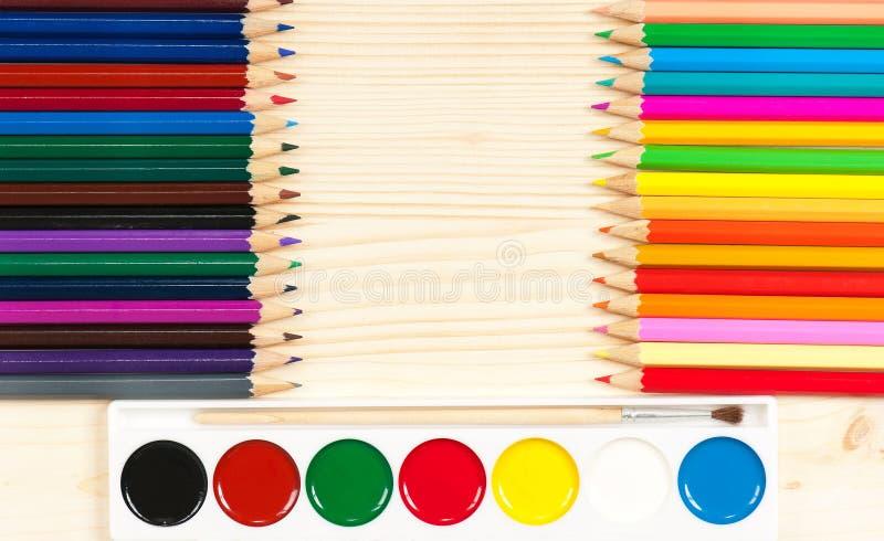 Ljusa färgrika blyertspennor royaltyfri bild