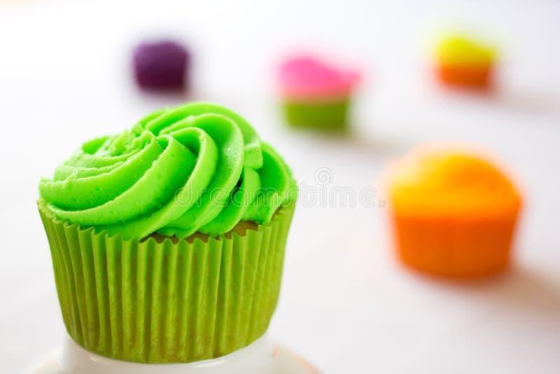 Ljusa färgrika muffin royaltyfri bild
